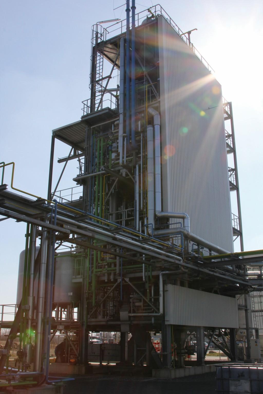 Das zirka 22 m hohe Vergasergerüst der FlexiSlag-Pilotanlage wurde 2011 zur Vergasung von Kohle gebaut. Die Anlage wird heute für Tests von verschiedenen festen Kohlenstoffträgern wie Biomasse, Petrolkoks, Kunststoffabfälle inklusive Ozeanmüll genutzt.Bild: IEC
