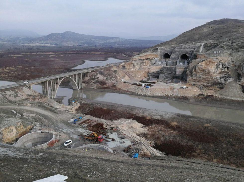 Neben der alten Cayirhan-Brücke ist die Baustelle für die neue Doppelbrücke mit Tunnelanschlüssen zu erkennen. Abb.: Maurer
