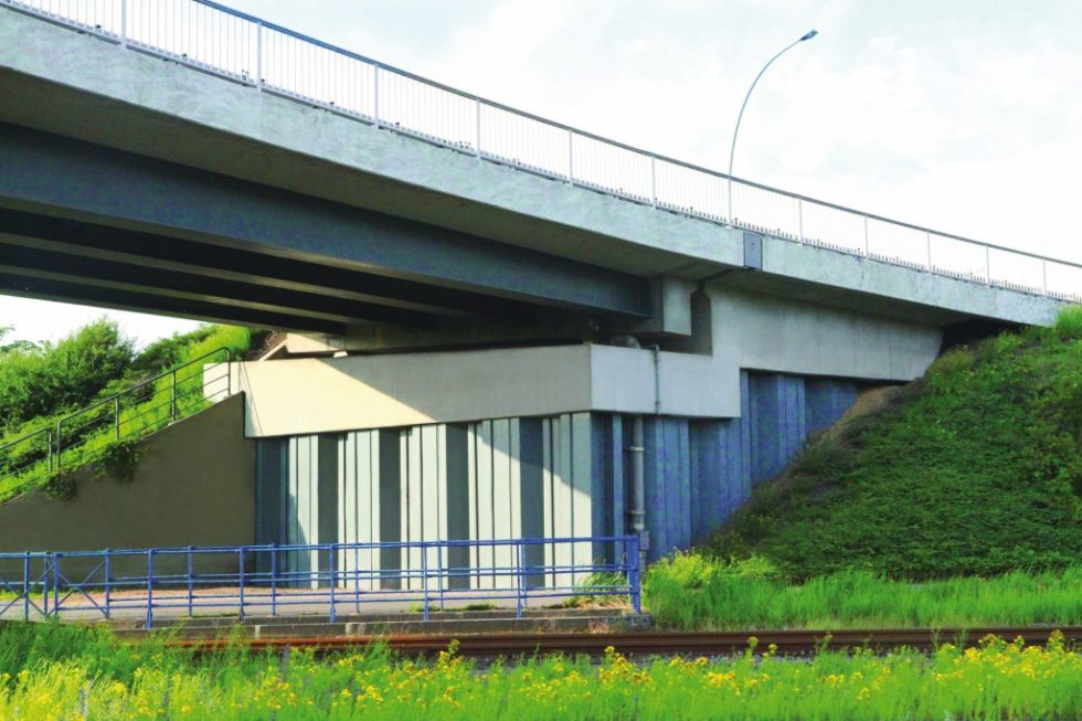 Die Brücke Ellerholzrampe in Hamburg wurde mit wirtschaftlichen Spundwänden als Widerlager gebaut. Abb.: ArcelorMittal Spundwand