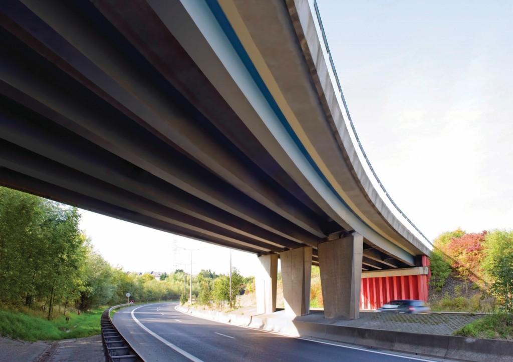 Verkehrsbehinderungen bei dem Bau einer Autobahnüberführung in Luxemburg konnten durch Verwendung von Spundwänden und Walzprofilen gering gehalten werden. Abb.: ArcelorMittal Photo Library