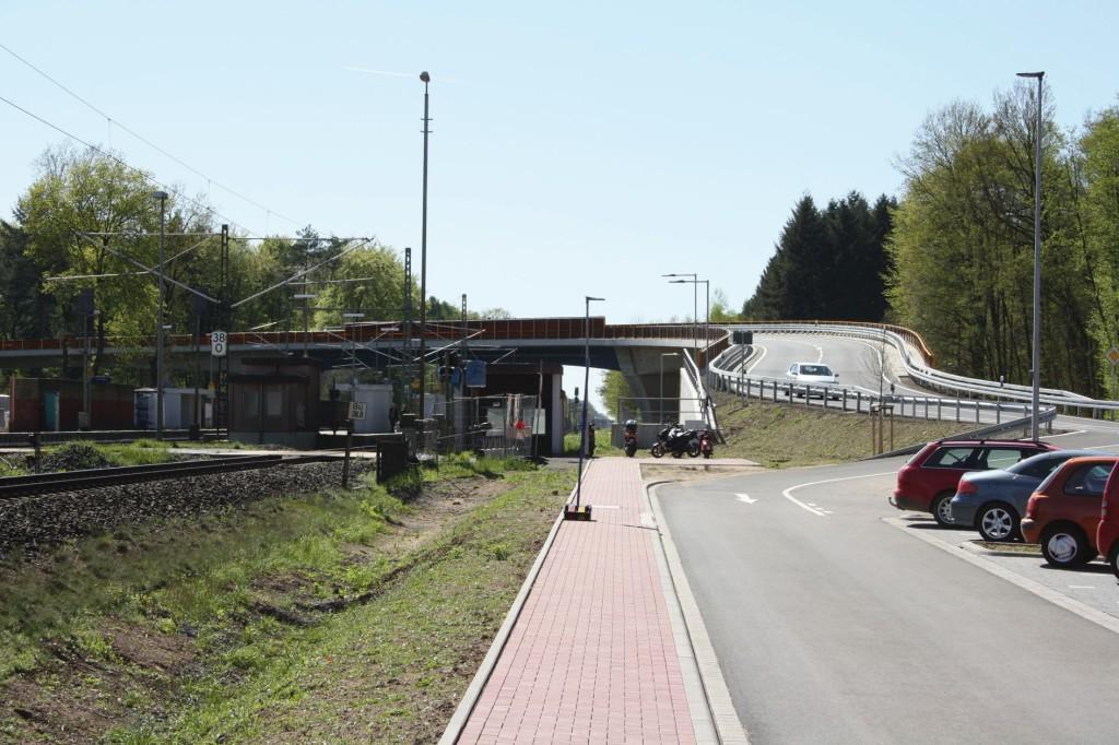 Der beschrankte Bahnübergang der Gemeinde Hasselroth wurde durch ein Brückenbauwerk ersetzt. Abb.: Sweco GmbH