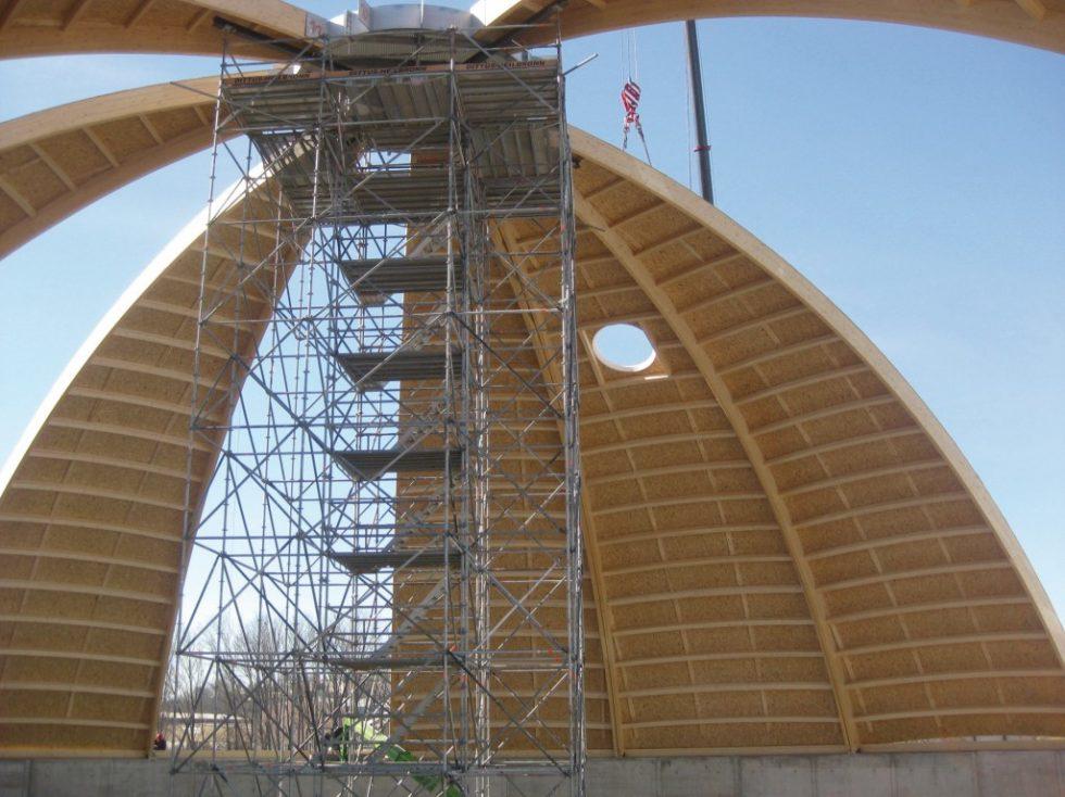 Mit einer Montagehöhe von rund 25 Metern stellte ein Stahlkranz und seine Verbindung zu den 16 Holzsegmenten eine Herausforderung dar. Abb.: Schaffitzel Holzindustrie