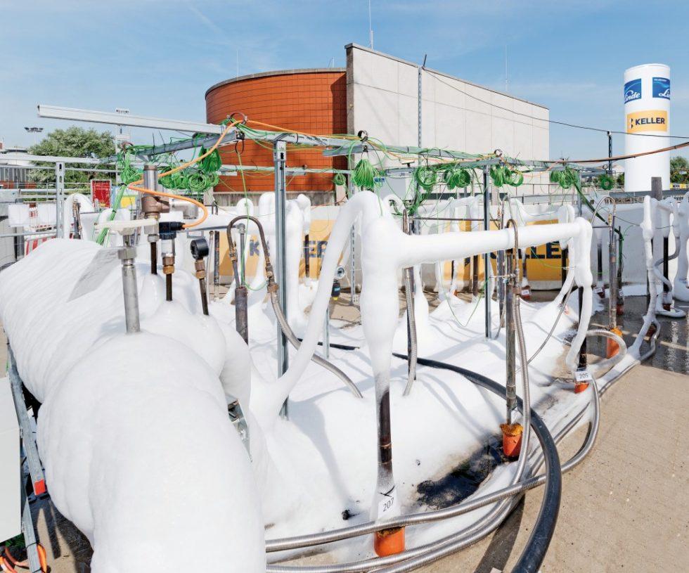 Stickstoff von minus 196 Grad Celsius wird über Gefrierrohre aus Kupfer in den Boden gepumpt. Abb.: Keller Grundbau