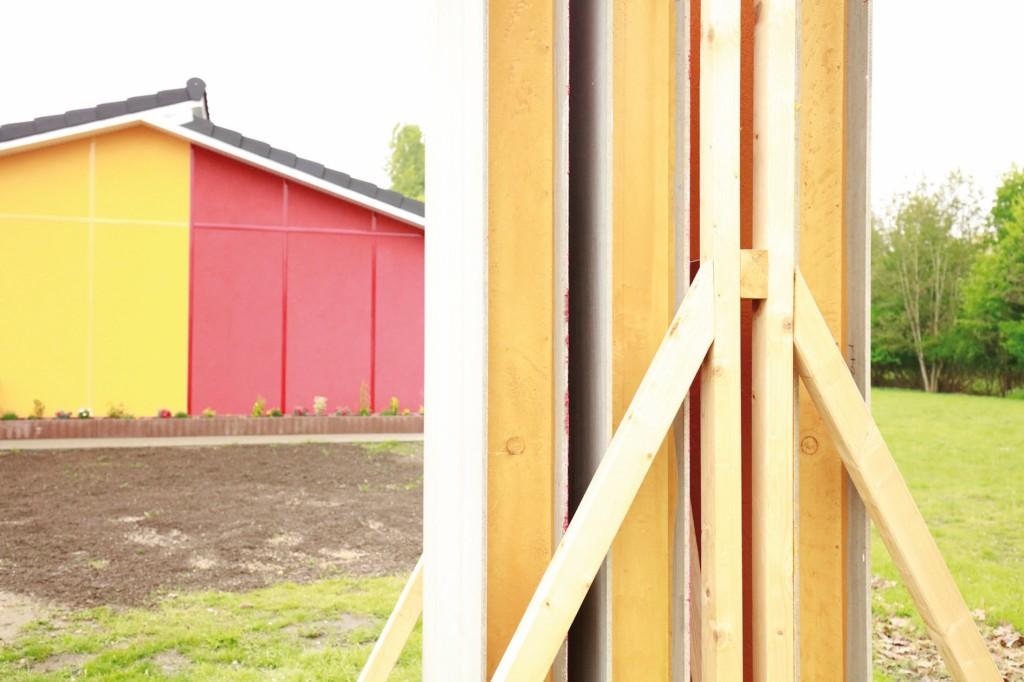 Die Wandelemente, die aus einem kombinierten Schichtaufbau mit Polyurethan-Dämmkern und Faserzementplatten für die Innen- und Außendeckschicht bestehen, erfüllen alle geforderten DIN- und EN-Normen. Abb.: Covestro