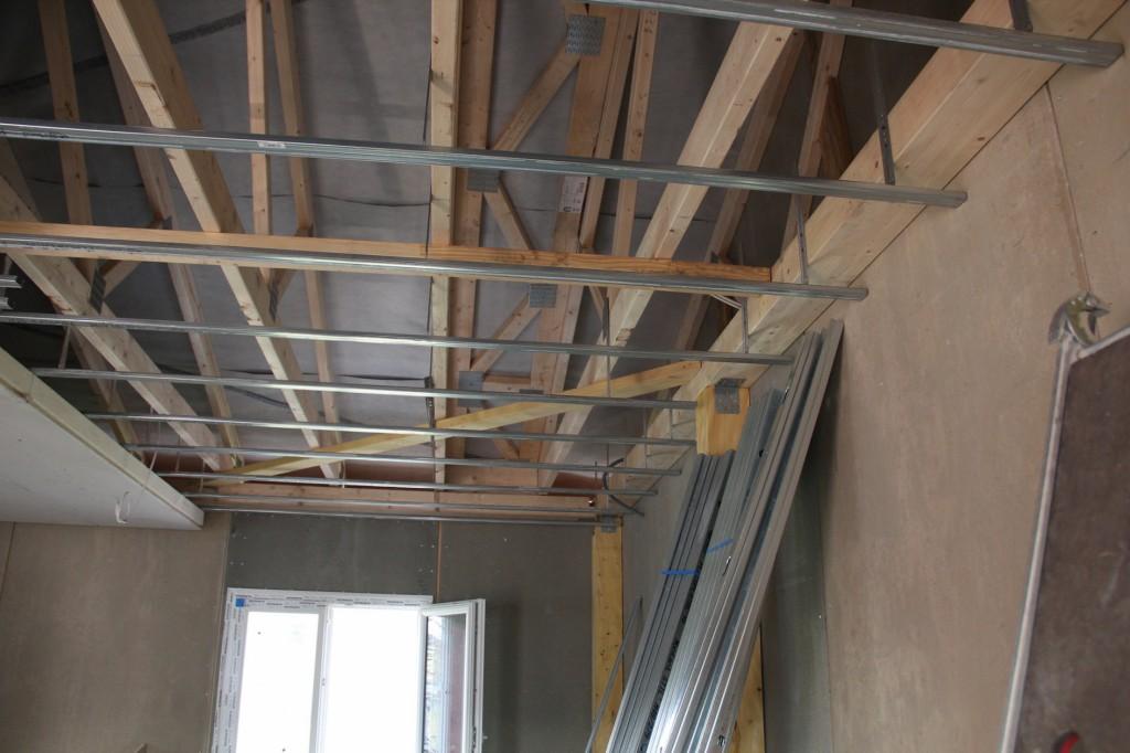 Die technischen Eigenschaften der Polyurethan-Dämmung wurden auch für die Bodenplatte und zur Isolierung der abgehängten Decke genutzt. Abb.: Covestro