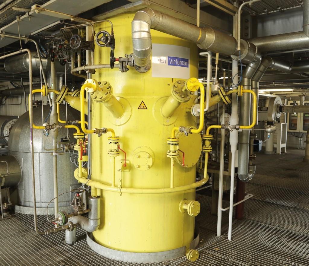 Im Vordergrund der Bereich der gelbe Wasserquench des Flugstrom-Vergasungsreaktors für staubförmige kohlenstoffhaltige Einsatzstoffe wie Kohle, Petrolkoks und getrockneten Klärschlamm. Bild: IEC