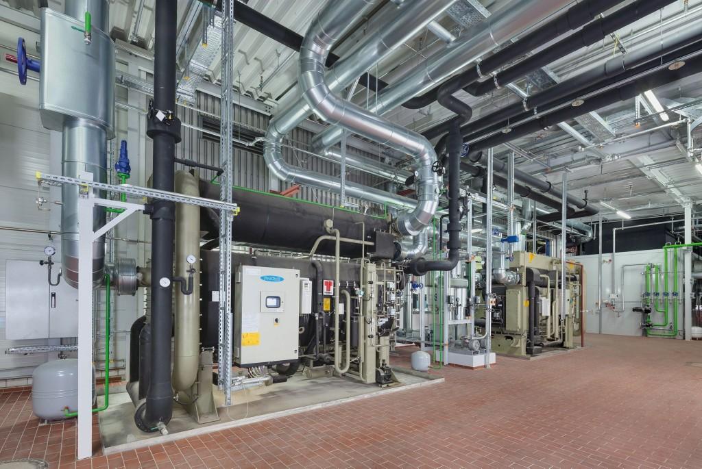 In der Energiezentrale wurden zwei Absorptionskältemaschinen errichtet, die sich aus dem zentralen Wassernetz speisen und die Abwärme aus den Schmelzöfen nutzen, um Kälte zu erzeugen. Bild: Gammel Engineering