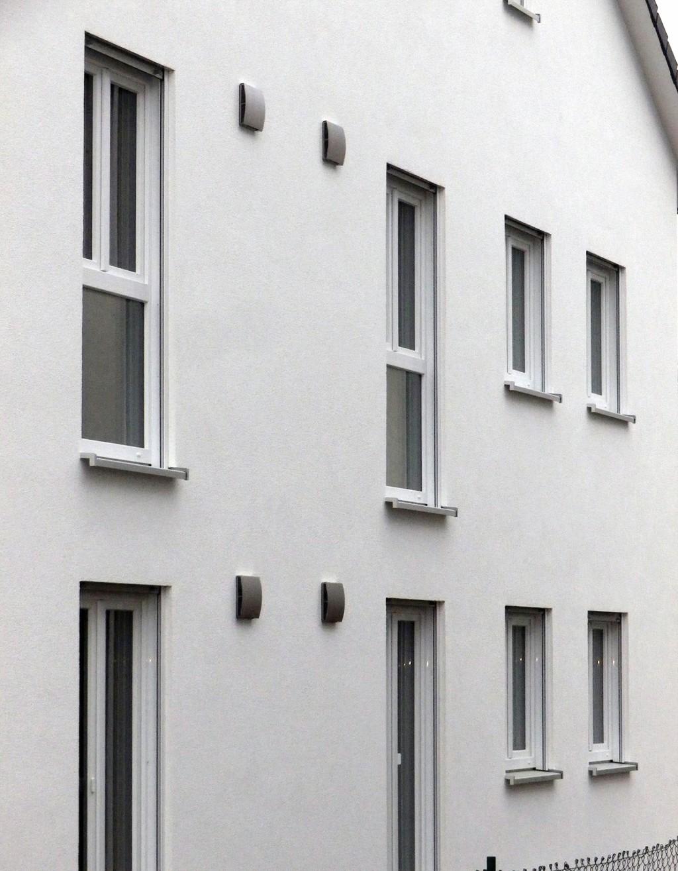Die Edelstahl-Außenfassade des Lüftungsgeräts fügt sich formschön in die Architektur der Gebäude ein. Bild: Helios Ventilatoren