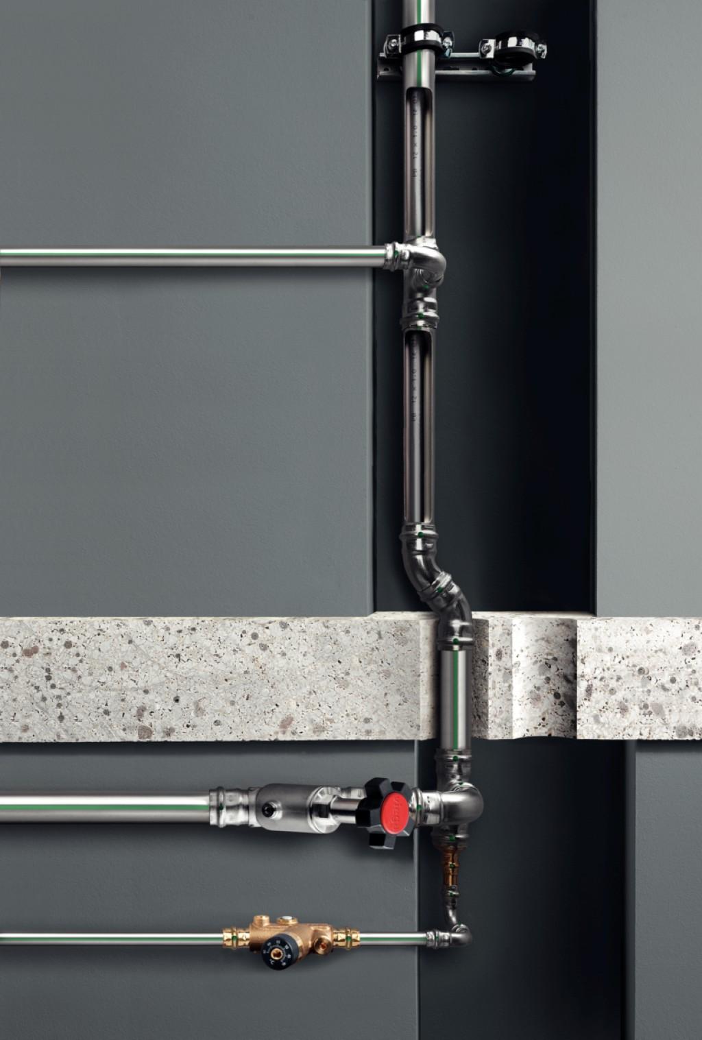 Durch das flexible PB-Rohr stellen für Inliner-Installationen sogar Versprünge im Steigestrang kein Problem dar. Bild: Viega