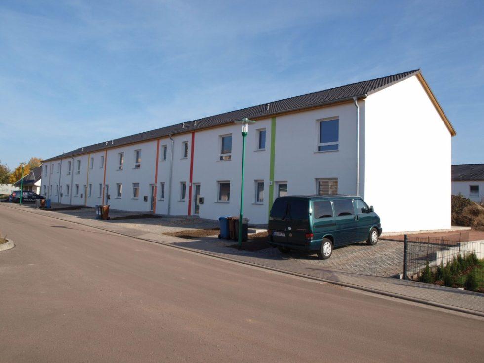In einem Bebauungsgebiet im Magdeburger Stadtteil Neu Olvenstedt entstanden im Auftrag eines lokalen Schlüsselfertigbauers 15 Reihenhäuser, die mit einer dezentralen Wärme- und Frischwassertechnik für die Versorgung durch ein Nahwärmenetz ausgestattet sind. Bild: Giacomini
