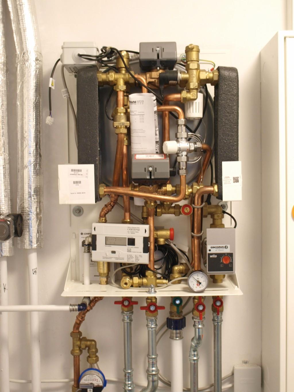 Die GE 556–1 verfügt über zwei Wärmetauscher, die eine Entkopplung des Sekundär- vom Primärkreislauf ermöglichen und zusammen mit der integrierten Wassermangelsicherung dafür sorgen, dass sich Defekte in einem einzelnen Haus nicht mehr auf die komplette Anlage auswirken. Bild: Giacomini