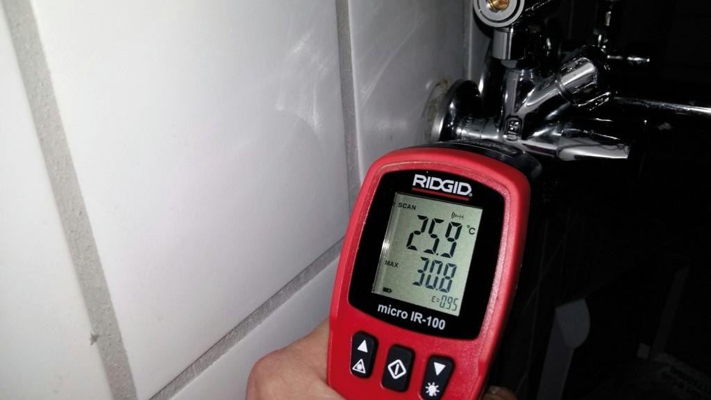 Mittels IR-Thermometer lässt sich vor Ort überprüfen, ob grundsätzliche mikrobiologische Risiken drohen. Im Beispiel kam es zu einer Überströmung von Warmwasser ins Kaltwasser, weil beim Eckventilthermostat der Rückflussverhinderer defekt war (Bild 5). Das Eckregulierventil war ohne Armaturennutzung ungewöhnlich warm, obwohl die Zirkulationsleitung ca. 90 cm entfernt war. Bild: Schell