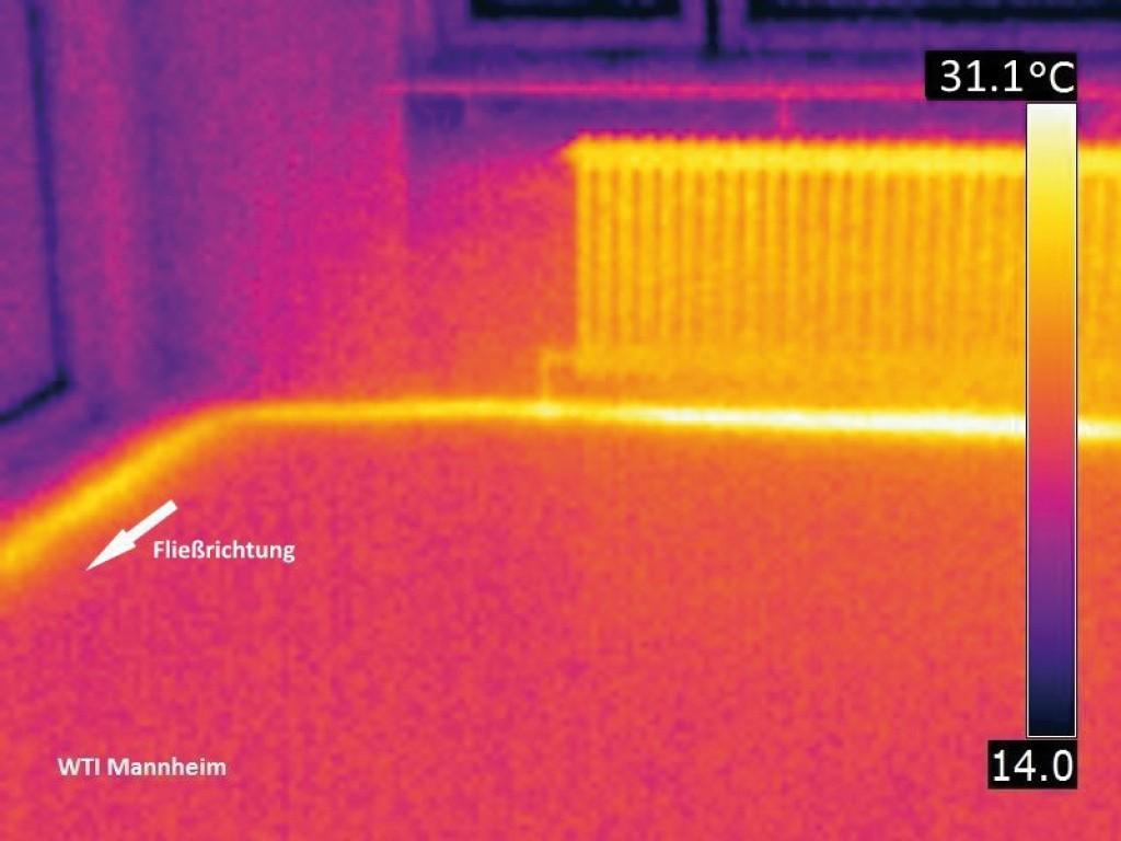 Infrarotaufnahme einer Einrohrheizung mit Rohrwärmeproblematik bei stark gedrosseltem Heizkörper. Die Beheizung erfolgt zu einem großen Teil über die Rohre. Bild: WTI Mannheim 2018