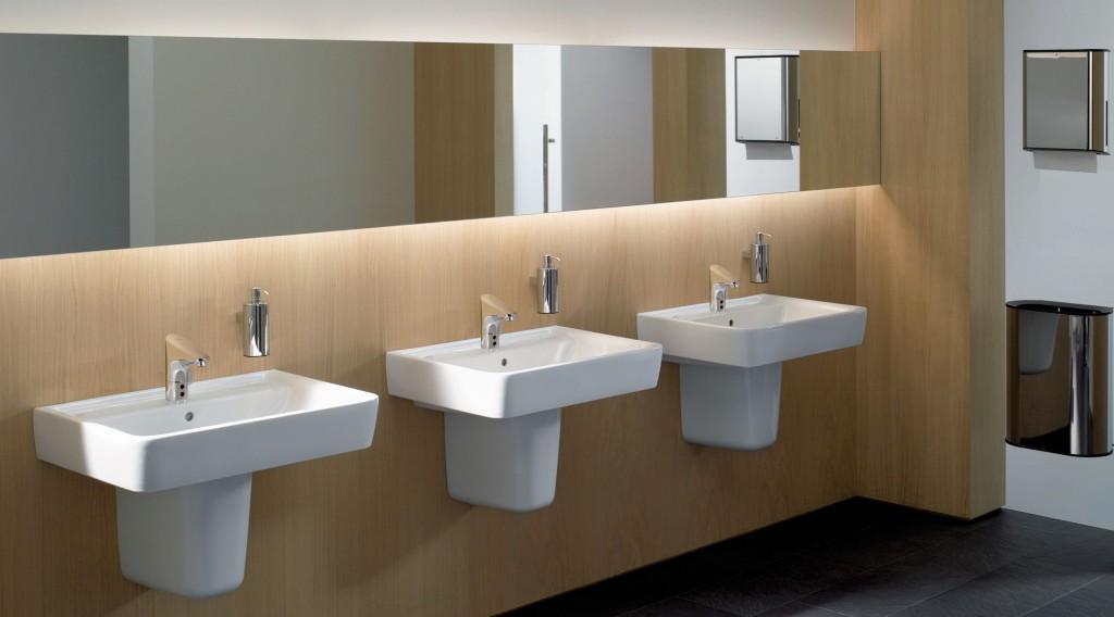 Die eckigen Waschtische Keramag Renova Nr. 1 Plan sind reinigungsfreundlich und verfügen zudem über praktische Ablageflächen an beiden Seiten. Bild: Geberit