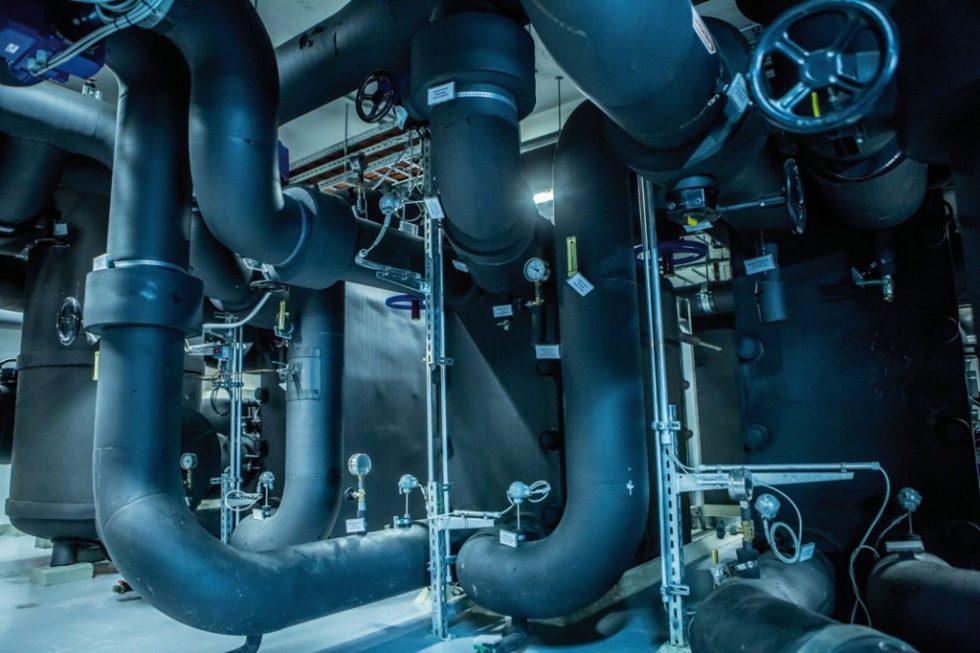 Am Standort Stachus betreiben die Stadtwerke München eine Kältezentrale mit einer Erzeugungsleistung von 12MW. Im Sommer dient das Grundwasser beziehungsweise Stadtbachwasser primär zur Rückkühlung der Kältemaschinen, im Winter wird weitgehend natürlich gekühlt. Bild: Stadtwerke München