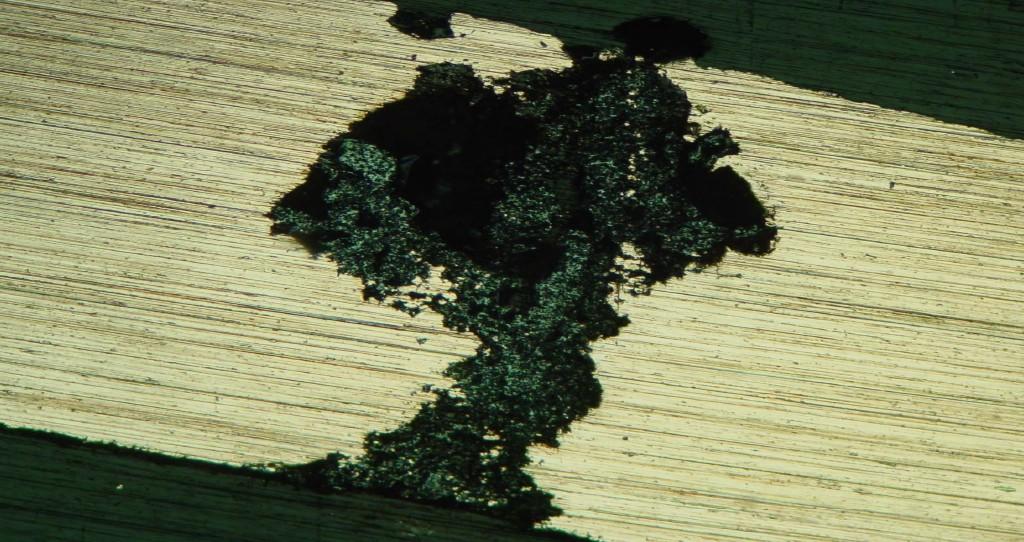 Ameisensäure induzierte Korrosion im Querschliff – der Auslöser? Bild: Genath