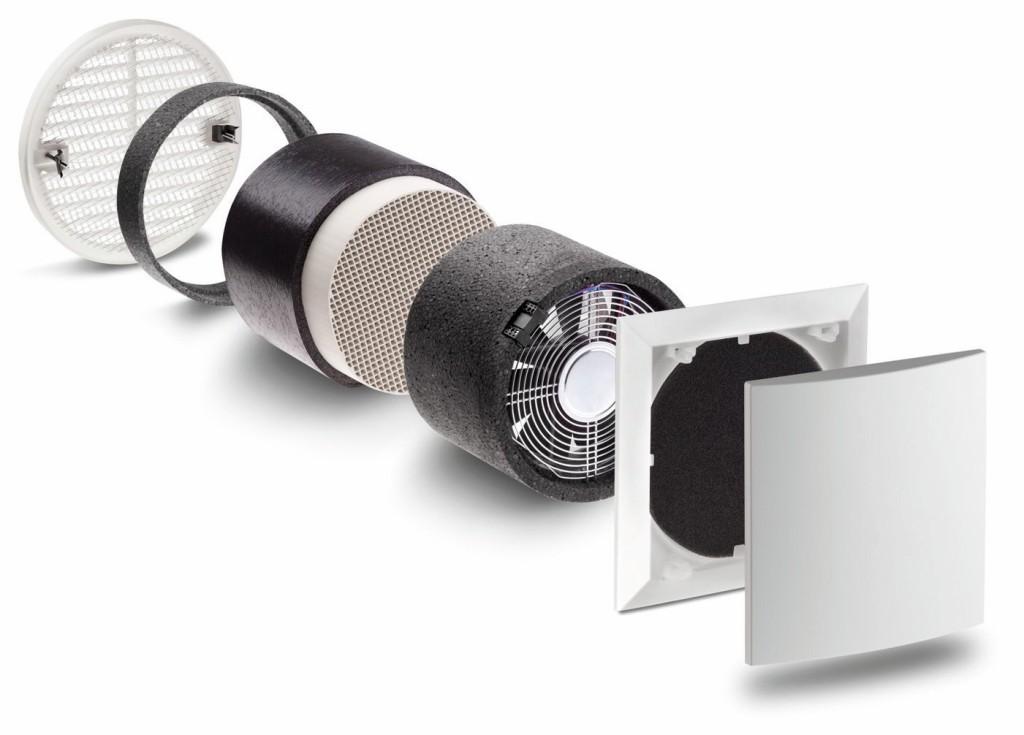 Der e2 verfügt über ein Außengitter mit Insektenschutz, EPP-Wärmedämmelemente mit 0,038 W/mK, einen hocheffizienten keramischen Wärmespeicher, eine geräuscharme Ventilatoreinheit in schalldämmendem EPP-Chassis sowie eine strömungsoptimierte Innenblende mit waschbarem Filter. Bild: Lunos