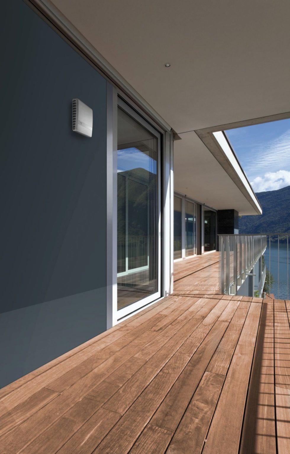 Lüftungsanlagen sind förderfähig. Im Bild eine Lösung von Lunos, die  für den horizontalen Einbau an einer Außenwand konzipiert wurde. Bild: Lunos