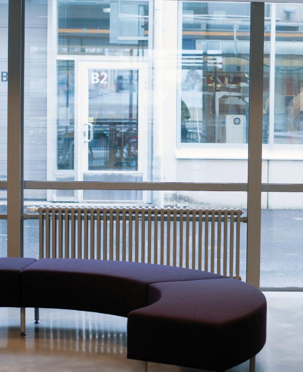 Der Röhrenradiator Delta Laserline eignet sich dank der durch den großen Gliedabstand gewonnenen Lichtdurchlässigkeit auch für den Einsatz vor bodentiefen Fenstern. Bild: Purmo