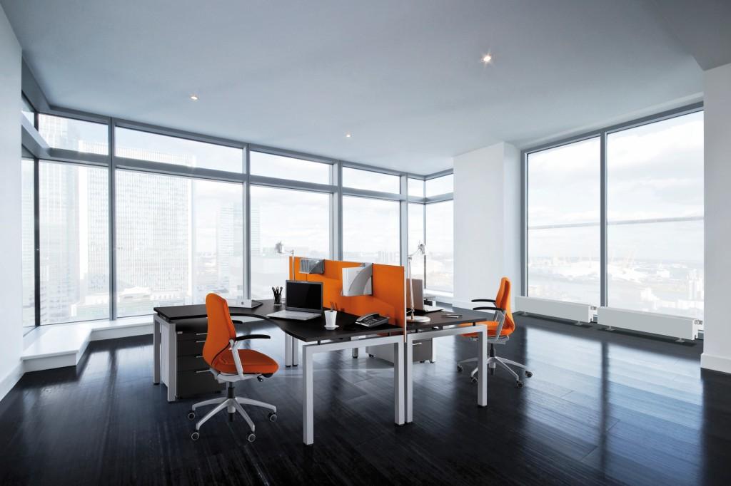 Der Kaltluftabfall vor großen Fensterflächen muss ausgeglichen werden, um thermische Behaglichkeit zu gewährleisten. Drei Anforderungsstufen definieren den zu erreichenden Grad der Behaglichkeit. Bild: Purmo
