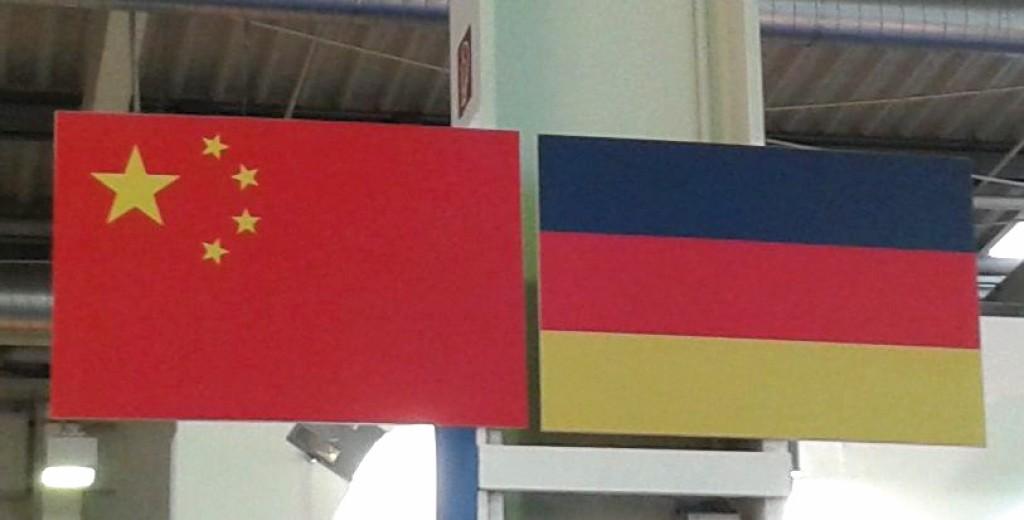 Chinesische und deutsche Flaggen als Dekoration in der Messehalle. Bild: ProEconomy