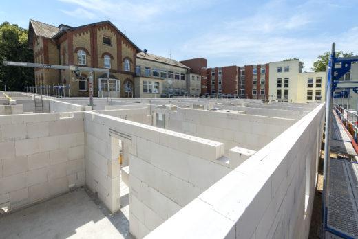 Für den Bau kam die Kombination aus Porenbeton für die Außenwand und Kalksandstein für die Innenwände zum Einsatz. Abb.: H+H Deutschland GmbH