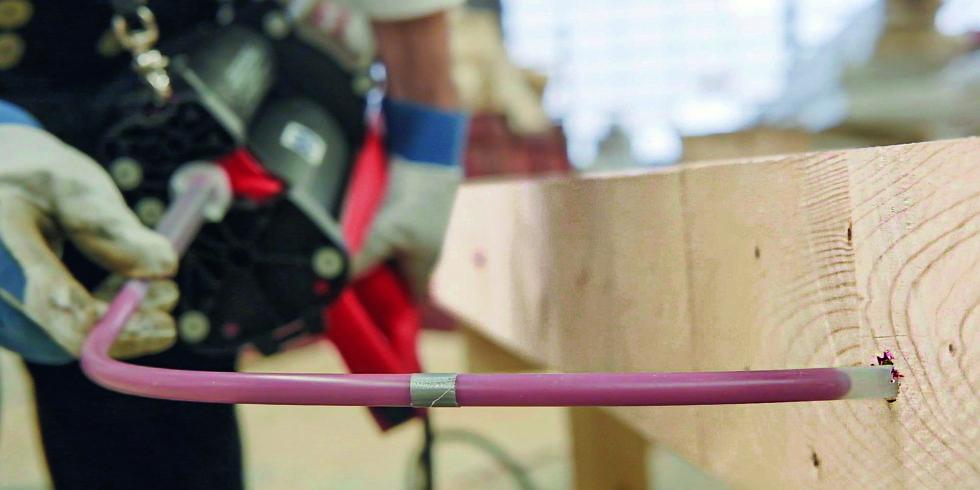Der Epoxidharzmörtel HIT-RE 500 V3 von Hilti ermöglicht die Befestigung von Holzbauteilen mit eingeklebten Gewindestangen. Foto: Hilti Deutschland AG