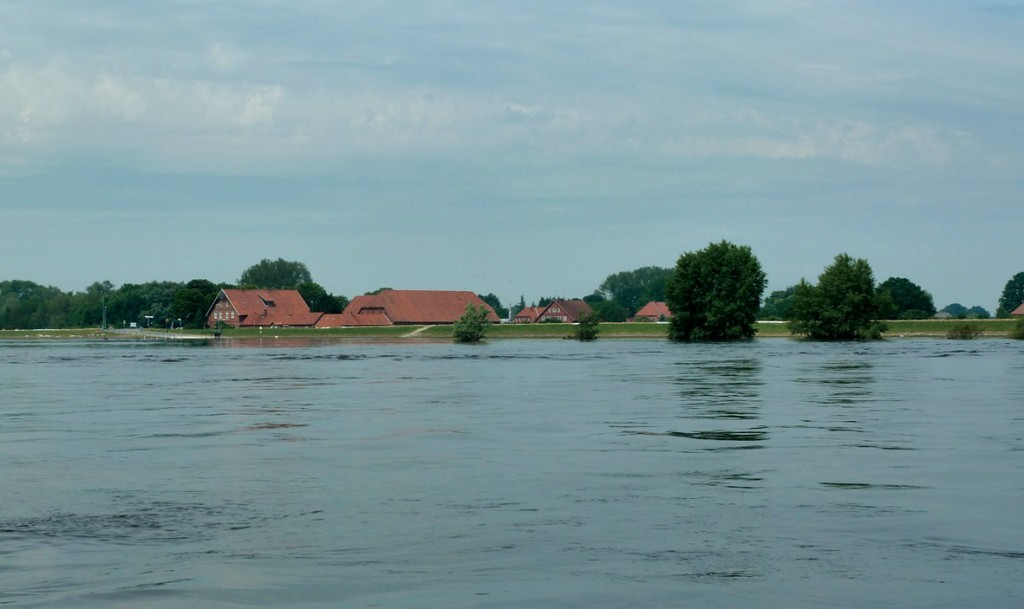 Bei Hochwasser fließt viel Wasser ungenutzt ab. Dies zeigt beispielhaft das Elbehochwasser im Juni 2013 in der Nähe von Neu Darchau. Foto: Bundesanstalt für Gewässerkunde