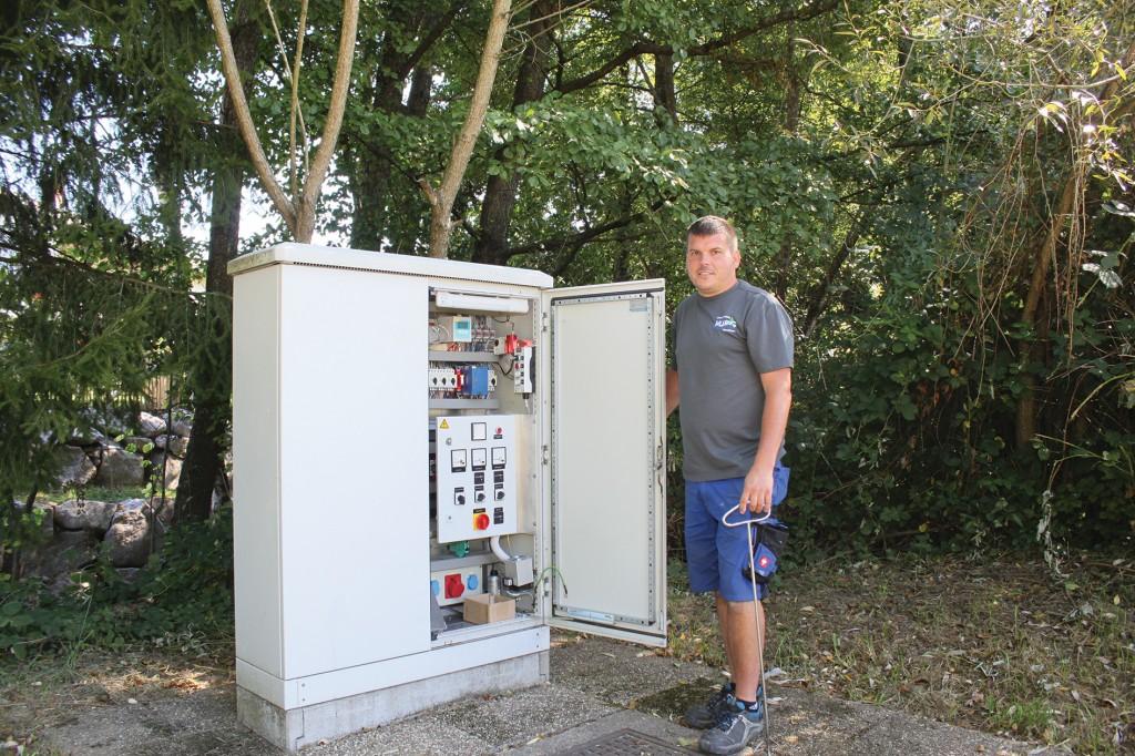 Ronnie Schellin, verantwortlich für die Kläranlage der Gemeinde Murg, steht am Schaltkasten der Pumpstation in Murg-Niederhof. Sie läuft sehr mehrere Monaten störungsfrei. Vorher gab es alle zwei, drei Wochen eine Verstopfung. Bild: Sulzer