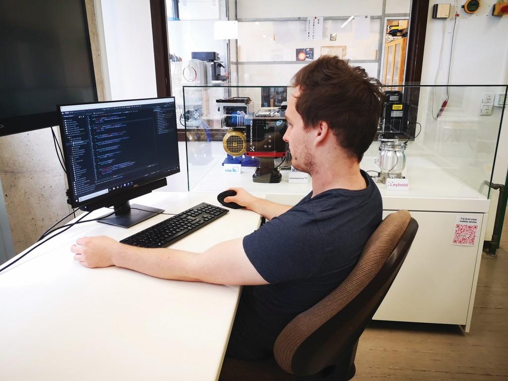 Ein Mitarbeiter der Technischen Hochschule programmiert die Verwaltungsschale für Pumpen. Die Verwaltungsschale wird in eine Cloud-Plattform implementiert und die Pumpen im Labor kommunizieren mit der Plattform. Bild: Daniel Eichberger