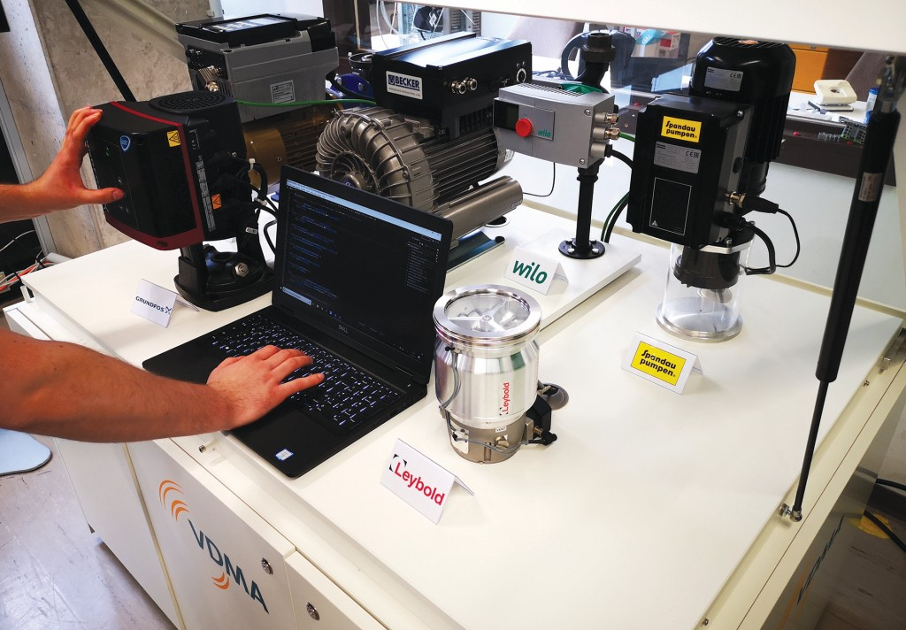 Ein weiterer Mitarbeiter der Technischen Hochschule Köln überprüft die Kommunikation einer Pumpe mit der Cloud. Die Pumpen können in einem niedrigen Drehzahlbereich betrieben werden, sodass aktuelle Betriebsdaten an die Cloud übermittelt werden.Bild: Daniel Eichberger
