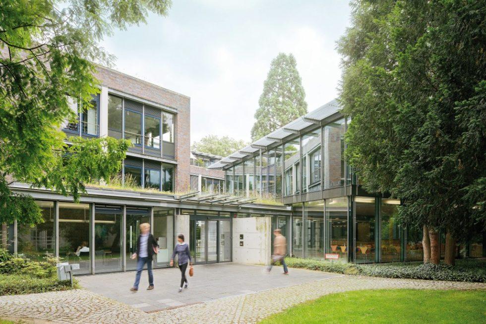Arbeitsplatz quasi im Grünen: Verwaltungsgebäude der rhenag im Kölner Stadtteil Bayenthal. Bild: rhenag