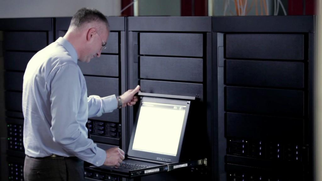 Andreas Weingarten, Geschäftsführer der rhenag-Thüga Rechenzentrum GBR, in einem der rhenag- Rechenzentren. Dank Leasing sind beide Data Center immer mit modernster Hardware ausgestattet. Bild: rhenag