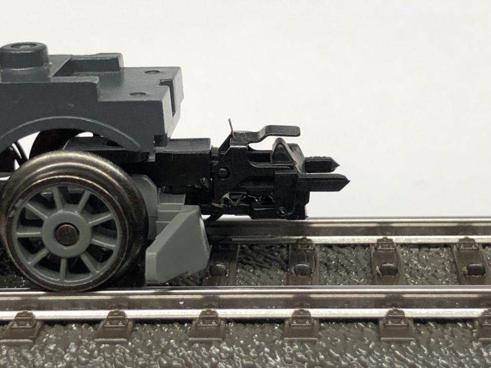 Bild 1: Die Anwendung von FGL-Linearaktoren bei Modellbahnkupplungen konnte erfolgreich in Serie gebracht werden. Auf bestehendem Bauraum wird ein ultrakompakter Aktor an der Unterseite der Kupplung angebracht. (Bild: Memetis)