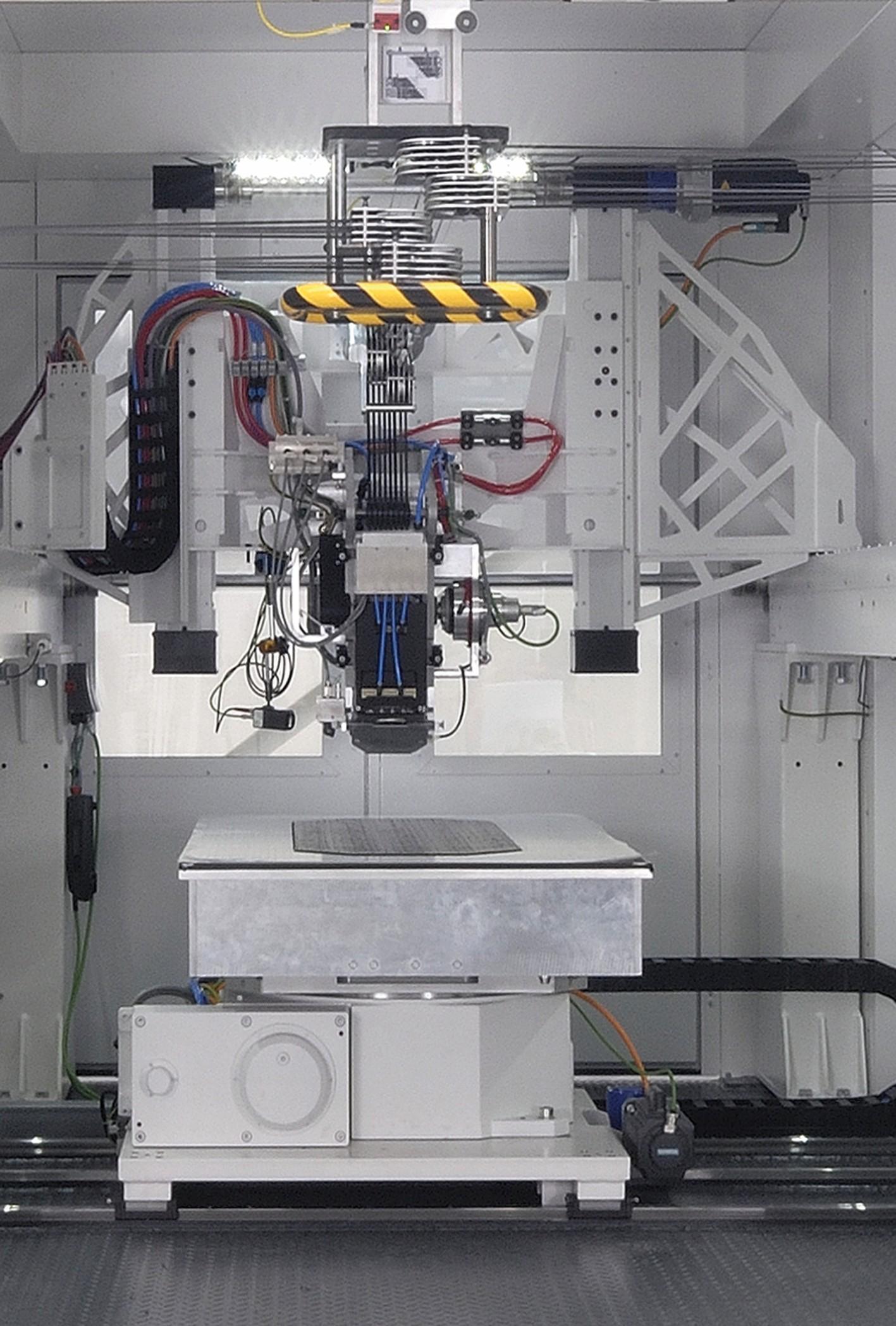 Bild 2: Eine High-End-CNC-Steuerung Sinumerik 840D sl von Siemens koordiniert das Zusammenspiel der vier Servoachsen des Verlegekopfs und des Maschinentischs – sowie sämtlicher Zusatzeinrichtungen wie Spulenantriebe, Messer, Klimatisierung und Heizung. (Bild: Broetje-Automation)
