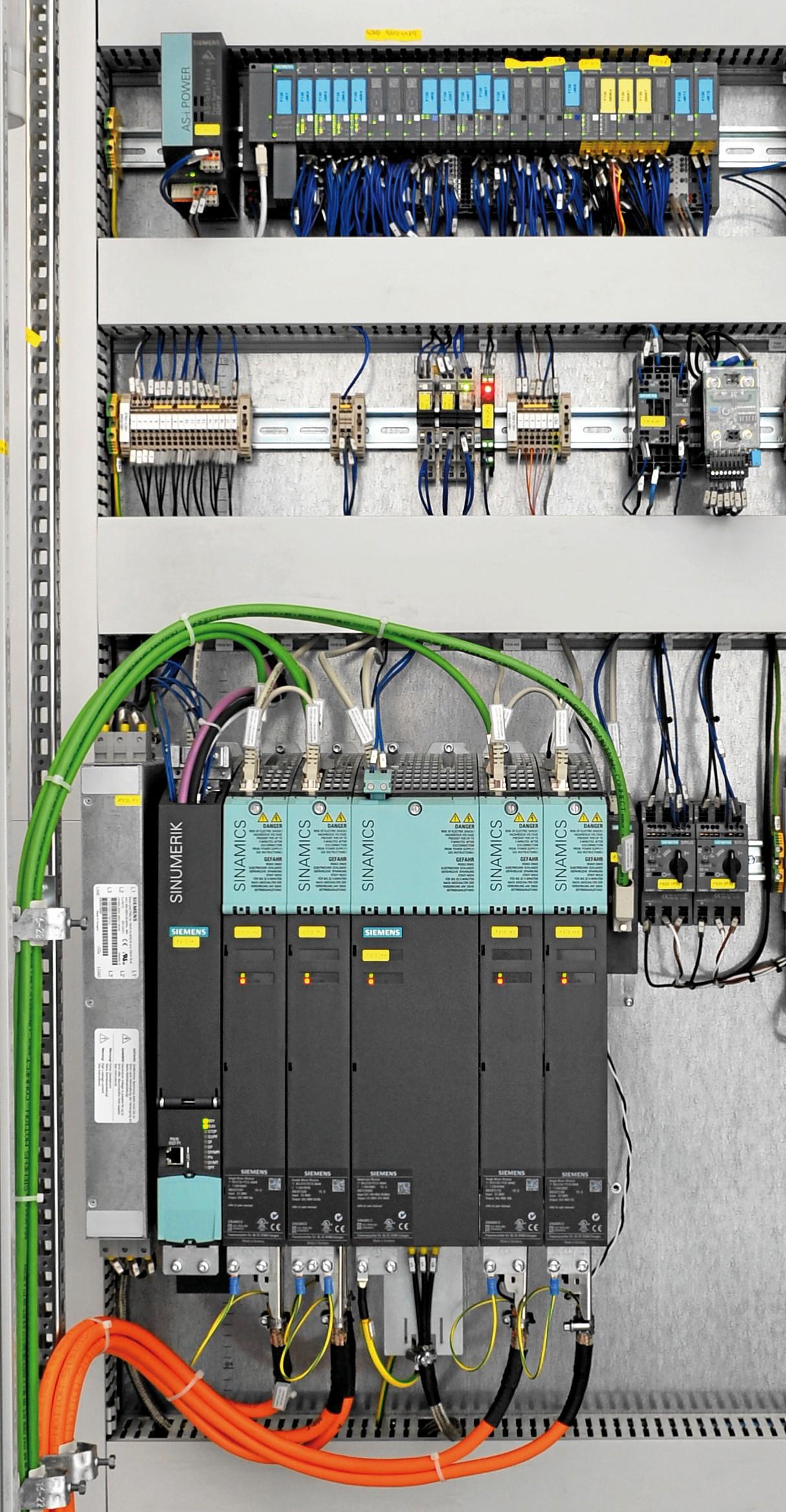 Bild 3: Kernkomponenten der Automatisierung sind eine CNC-Steuerung Sinumerik 840D sl, das modulare Umrichtersystem Sinamics S120 und dezentrale Peripherie Simatic ET200SP (oben) von Siemens. (Bild: Broetje-Automation)