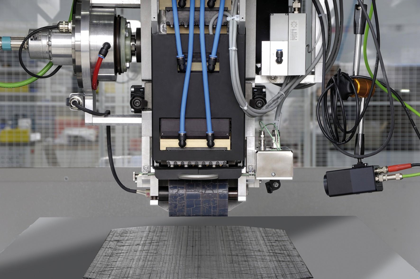 """Bild 4: Die Sinumerik 840D sl ermöglicht präzises """"fliegendes"""" Schneiden der Towpregs bei Vorschubgeschwindigkeiten von bis zu 30 m/min und damit die effiziente Herstellung endkonturnaher Stapel bei drastisch reduzierten Materialverlusten. (Bild: Broetje-Automation)"""
