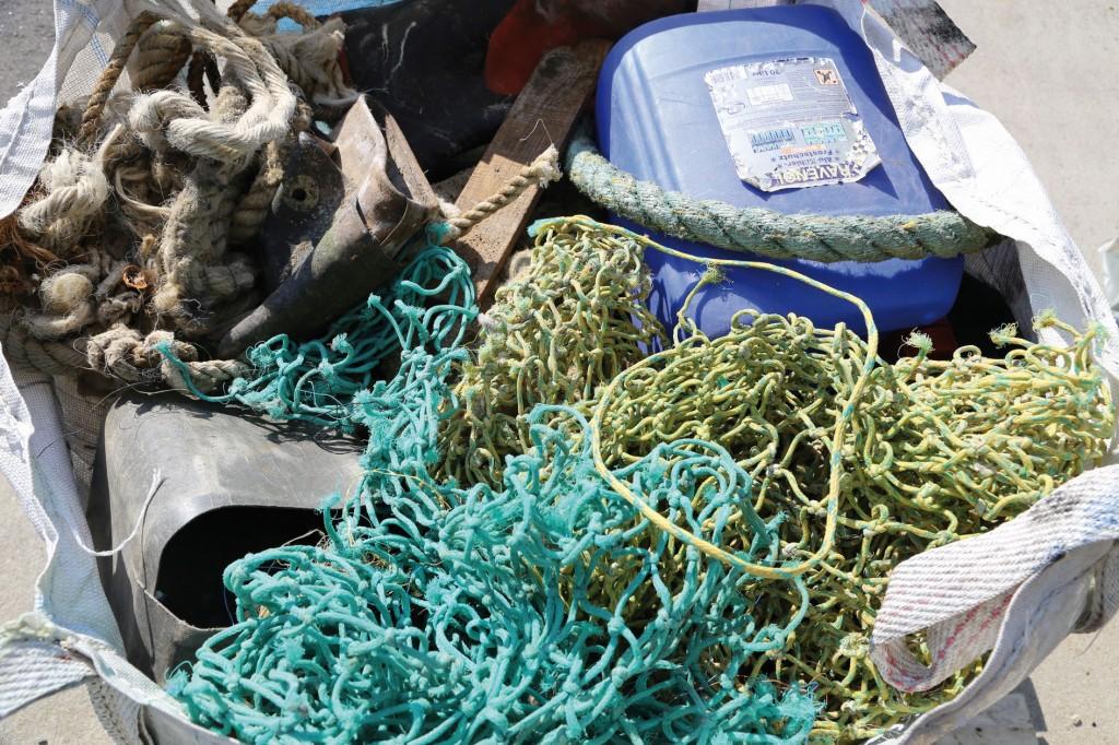 Meeresmüll wie Plastikbehälter, Fischernetze, Seile, Holz und Gummistiefel. Dieser Abfall muss für die Vergasung geschreddert und gepresst werden, …Bild: IEC