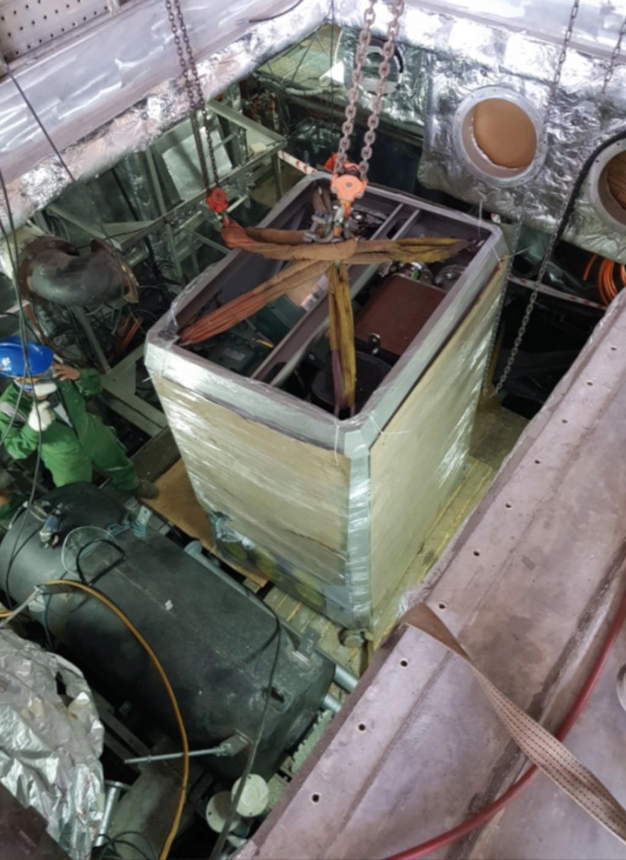 Ein Efficiency Pack von OrcanEnergy wird in den engen Maschinenraum des Katamerans eingebaut. Bild: Reederei Doeksen
