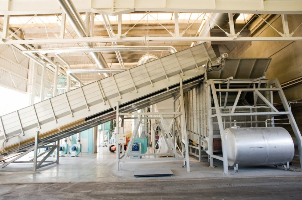 Förderband, auf dem volle Windeln der Recycling-Anlage im italienischen Treviso zugeführt werden. Bild: Procter & Gamble