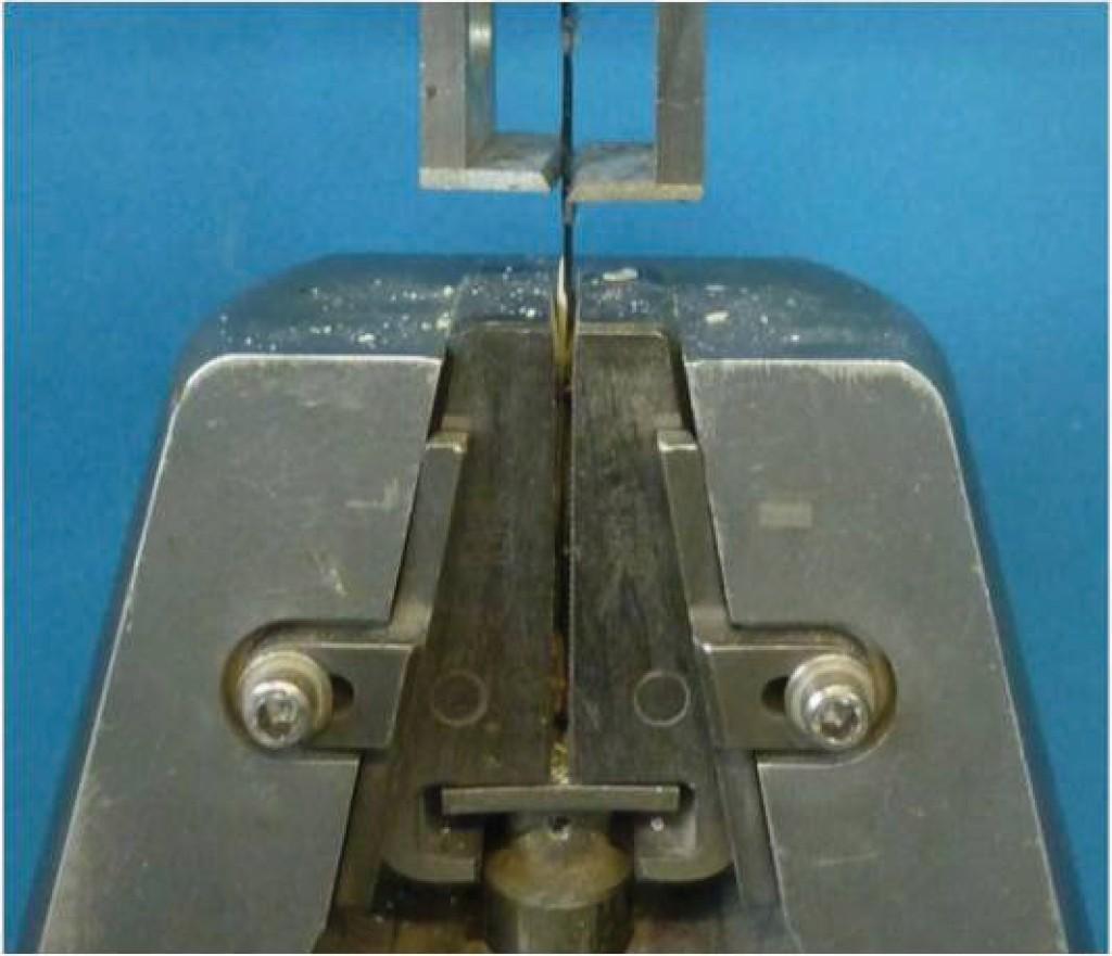 Bild 2. Direkte Klemmung der Faserstränge mit Stahlbacken Abb.: Institut für Massivbau, RWTH Aachen University