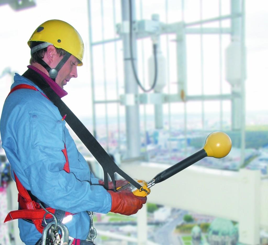Bild 3 Gemäß der neuen EMF-Richtlinie muss fachkundiges Personal die Risikobewertung künftig für jeden Arbeitsplatz gesondert durchführen. Quelle: Narda