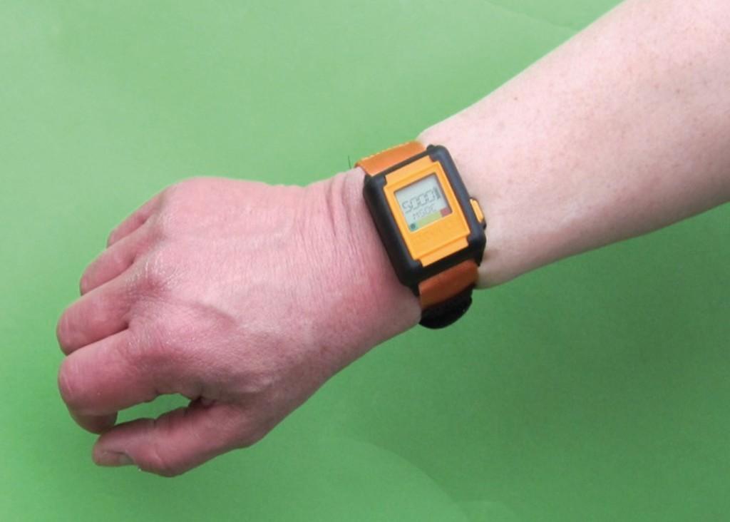 Bild 2 Befestigung des Dosimeters (HAVwear-System) an einer Probandenhand. Quelle: DGUV