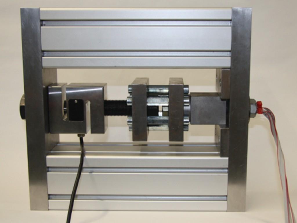 Bild 10 Messaufbau mit einem konventionellen Kraftsensor, Messbereiche 50 kN (Links), Kopplung zur Schraube (Rechts), Ausgleichskupplung (Mitte), Einziehschraube. Quelle: CiS Forschungsinstitut für Mikrosensorik GmbH