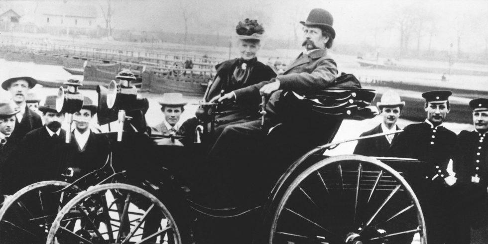 Bertha Benz bei einer Ausfahrt mit ihrem Gatten