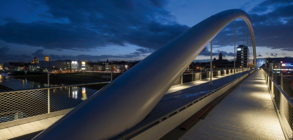 Bild 15.Illuminierte Brücke bei Nacht