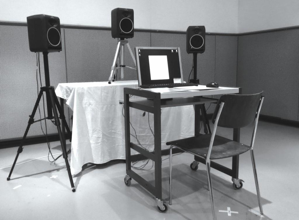 Bild 8 Experimenteller Aufbau der Hörversuche in einem Halb-Freifeldraum der Empa mit der auf dem Bildschirm aufgeführten Versuchssoftware und den drei Lautsprechern. Quelle: BAFU (CH)