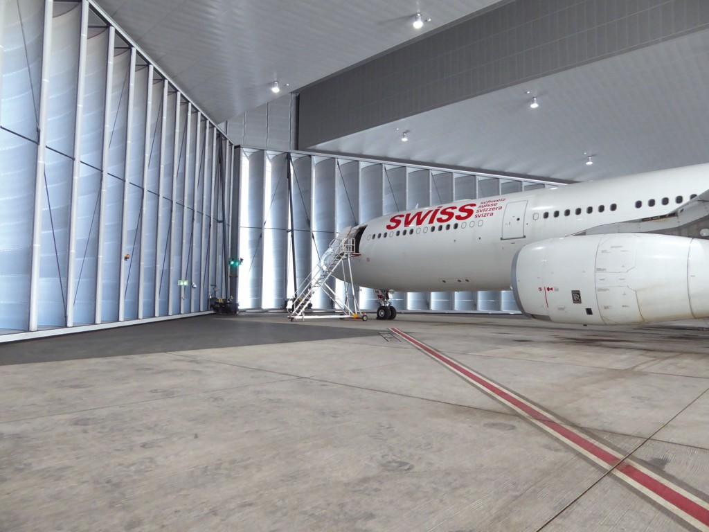 Bild 2 Innenansicht der SSH mit reflexionsarmer Wand- und Deckenverkleidung. Quelle: Gruner AG/ Flughafen Zürich AG