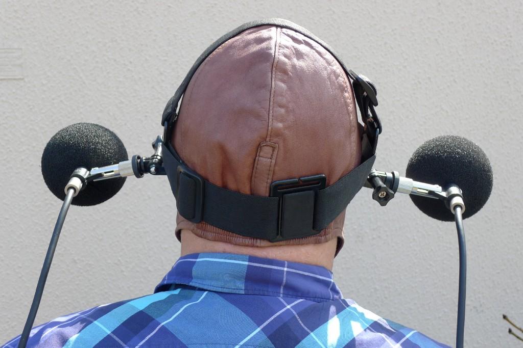 Bild 3 Gurtsystem zur Befestigung von zwei Mikrofonen am Kopf des Fahrers (mit Lederhaube). Quelle: IFA