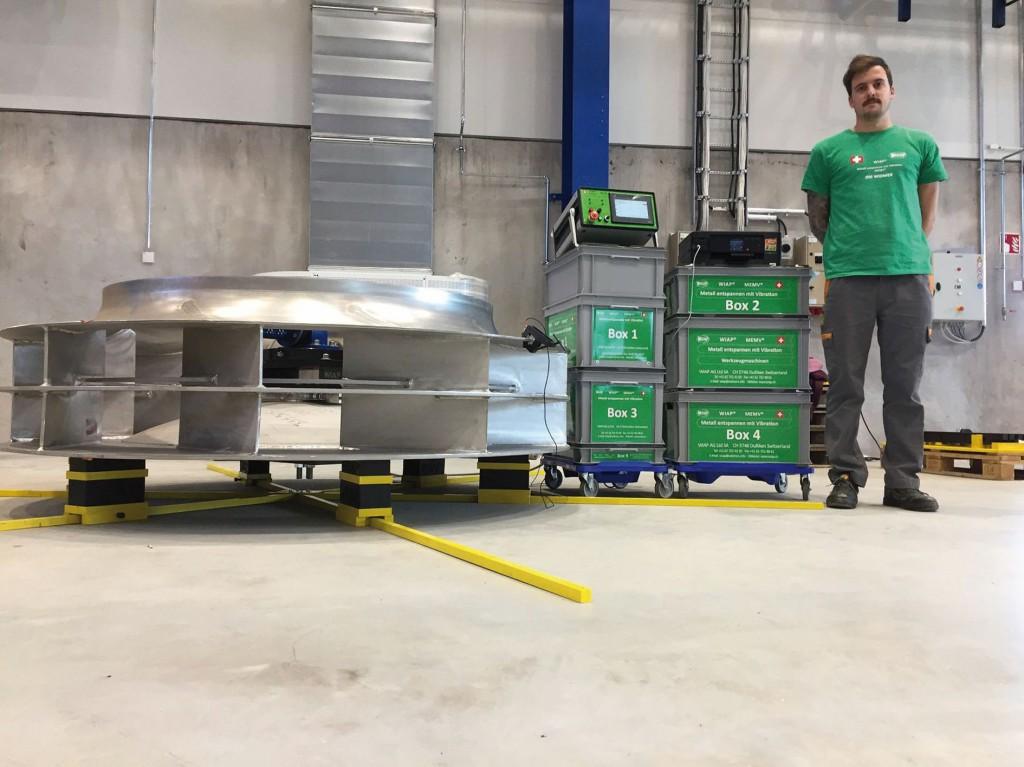 Bild 3. Jim Peter Widmer vor einer MEMV-Anlage, die in einem Fertigungsbetrieb im finnischen Tampere zum Einsatz kommt. Bild: WIAP